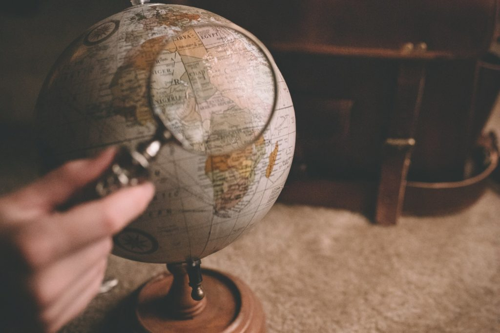 Globus, Lupe - Arbeit in einem Fremdenverkehrsamt
