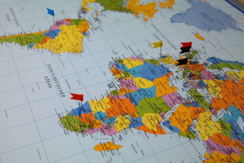 Weltkarte, Arbeiten in einem Fremdenverkehrsamt