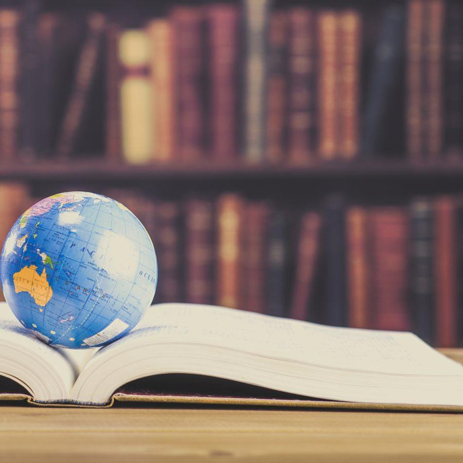 Buch mit Globus _ kurioses Wissen